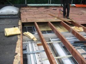 Holzbalken und altes Dämmmaterial werden entfernt